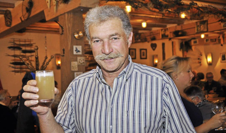 Friedbert Schill mit Neuem Wein     Foto: JulIus Steckmeister