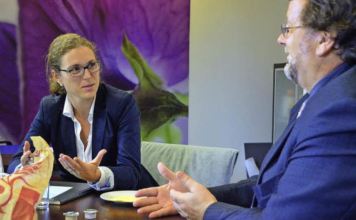 Claudia Warth  diskutiert über  die Zukunft der Betriebe.  | Foto: max Schuler