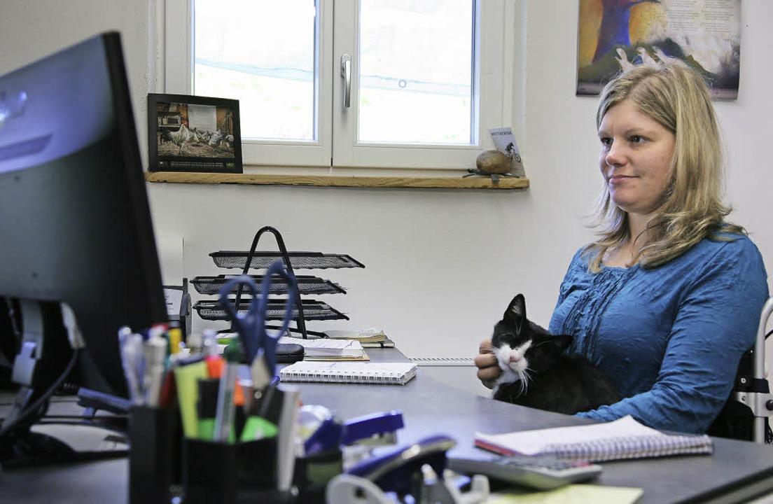 Bei der Arbeit im Büro krault Nadine V...– das hilft beim Konzentrieren.   | Foto: Bartsch