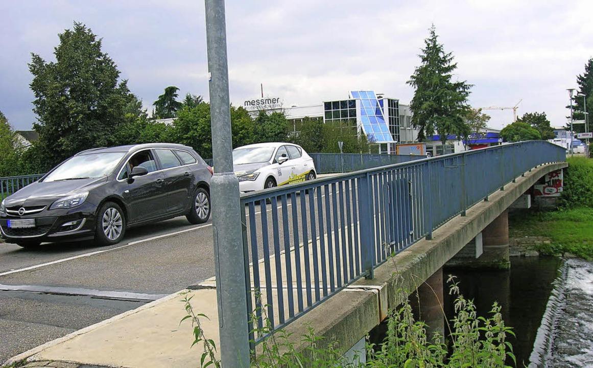 Schmaler Gehweg, hoher Bordstein, nied...wache Verkehrsteilnehmer ein Problem.     Foto: Jahn
