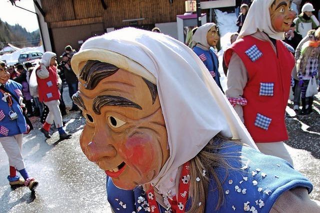 Narrengestalt mit lachender Holzmaske