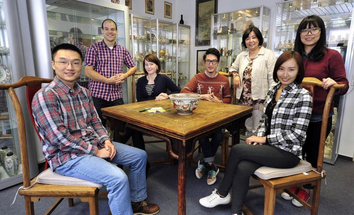 Das Konfuzius-Team (von links): Xiang ...n Porzellansammlung von Otmar Kurrus.     Foto: T. Kunz