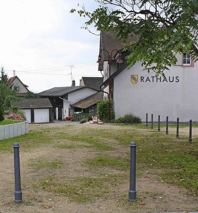 Noch ist unklar, ob und wie der Rathauszugang in Fischingen gepflastert wird.    Foto: cremer