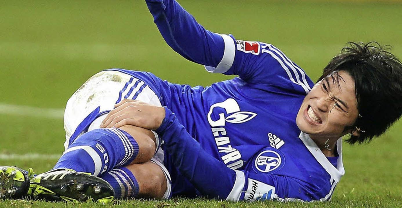 Atsuto Uchida von  Schalke trifft jetz...en Dortmunder Landsmann Shiji Kagawa.     Foto: dpa