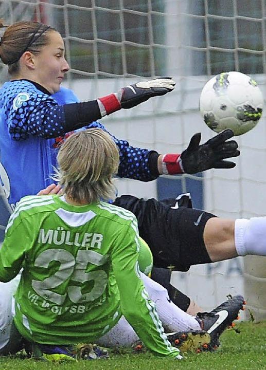 Im Verein in Aktion:  Sportclub-Torhüterin Laura Benkarth   | Foto: Patrick Seeger