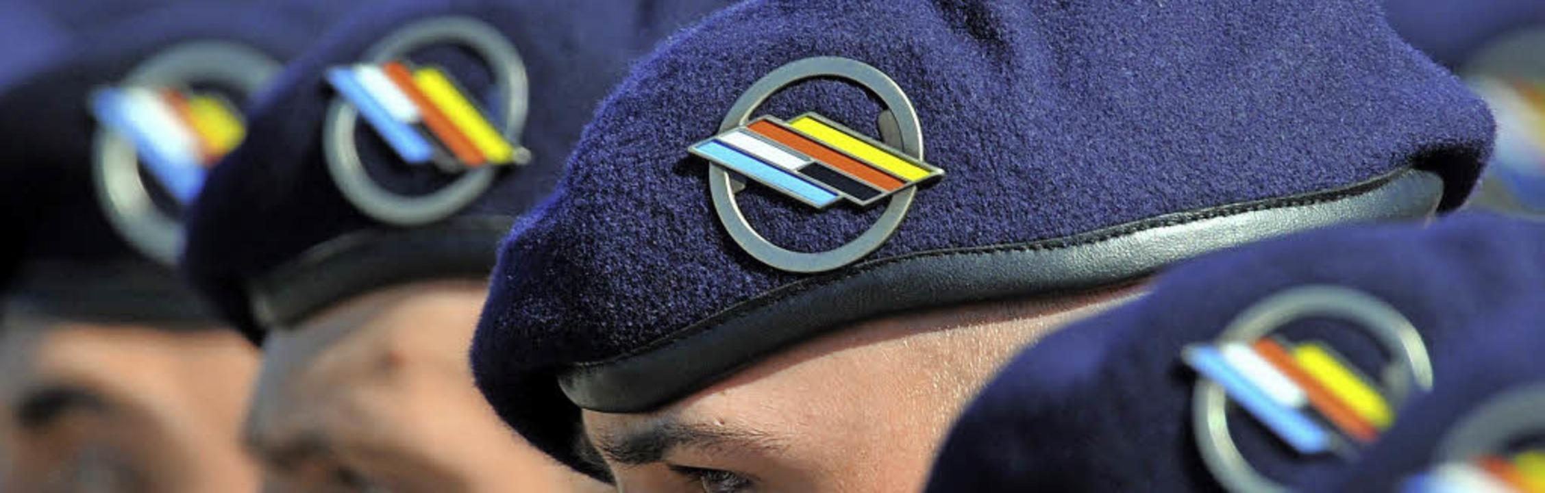 Binationalität in und auf den Köpfen:   Brigadesoldaten    | Foto: dpa/Saurer