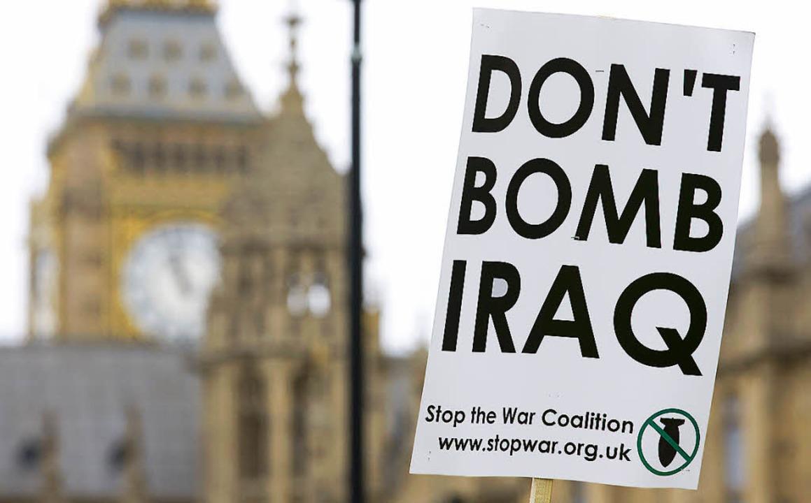 Kriegsgegner protestieren vor dem britischen Parlament.    | Foto: AFP