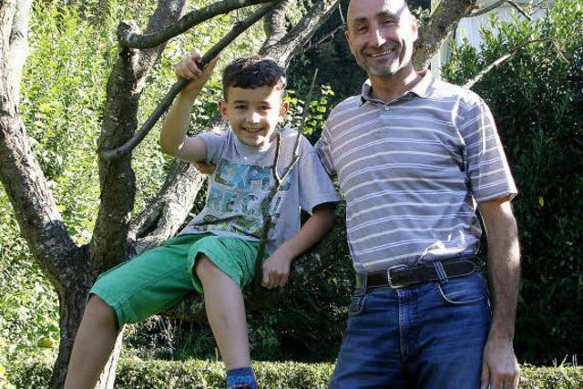 Vater und Sohn hegen die Natur