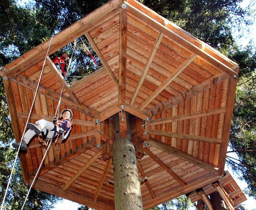 Sarah schwebt mutig am Seil herunter.   | Foto: Eva Korinth