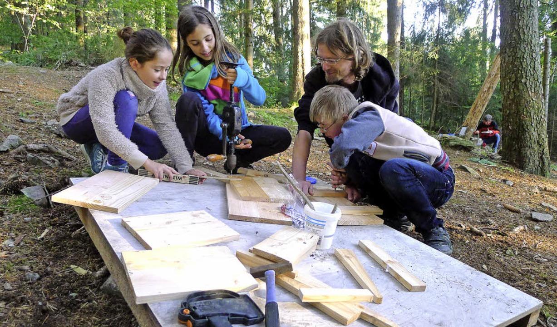 Der erste Tag des Baumplattform-Abente... links Maren, Sarah, Florian und Nico.  | Foto: akh