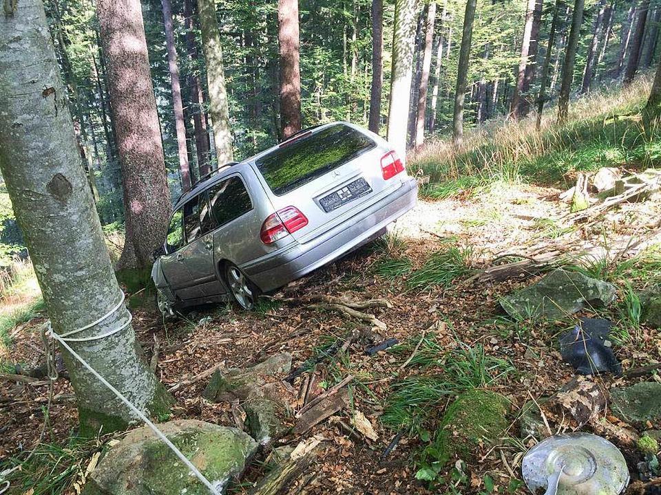 Endstation Unterholz: Ein Autofahrer r...gen am Schauinsland den Hang hinunter.  | Foto: Bergwacht