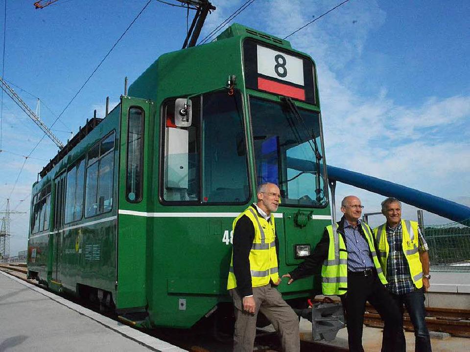 Die erste Tram 8 auf der Trambrücke: B...etriebe (BVB) posieren für Fotografen.  | Foto: Hannes Lauber