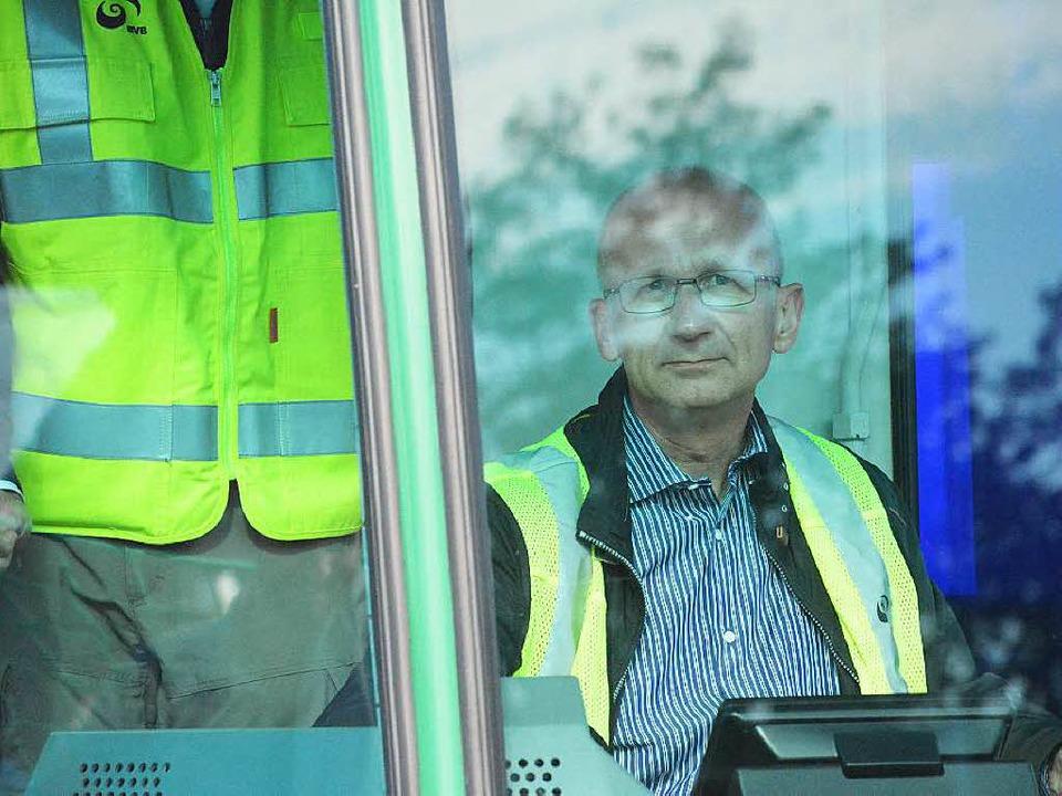 Der Tramführer wartet auf das Signal zur Weiterfahrt.  | Foto: Hannes Lauber