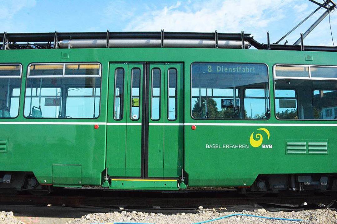 Die Tram fährt an den Schaulustigen vorbei.  | Foto: Hannes Lauber