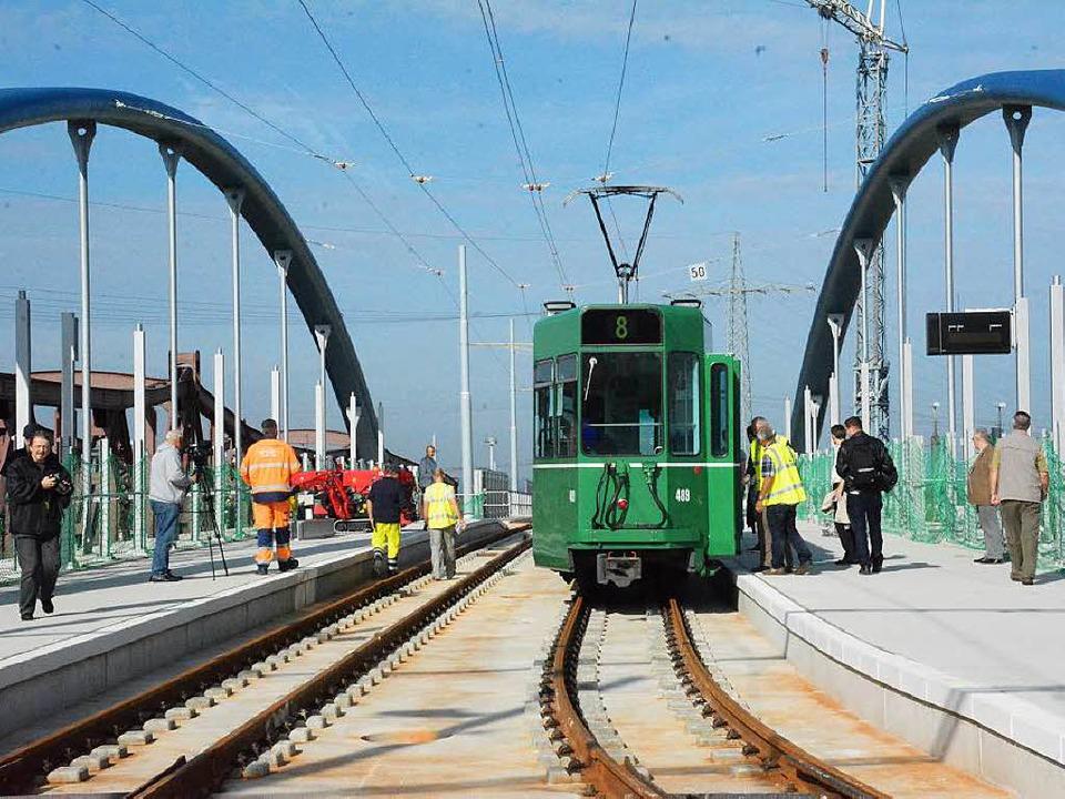 Die Tram hält auf der Trambrücke an der Haltestelle in Richtung Friedlingen  | Foto: Hannes Lauber