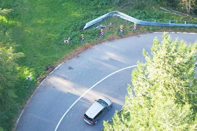 Auto im Unterholz: Noch keine Spur vom Fahrer