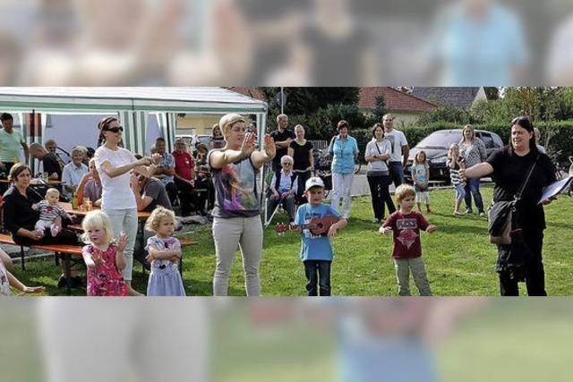 Gemeindefest unter sonnigem Himmel