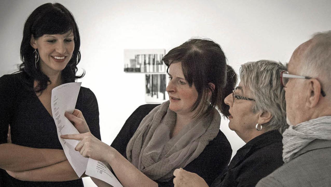 Annette Schwarte gibt Besuchern Erläuterungen zu ihrer künstlerischen Arbeit.  | Foto: Martin Hannig