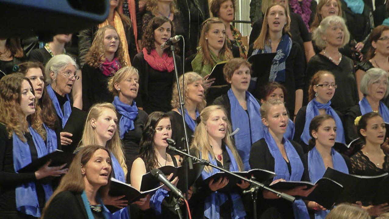 Fulminanter Schlusspunkt: Gekrönt wurd...n einem  prächtig singenden Großchor.   | Foto: Roswitha Frey