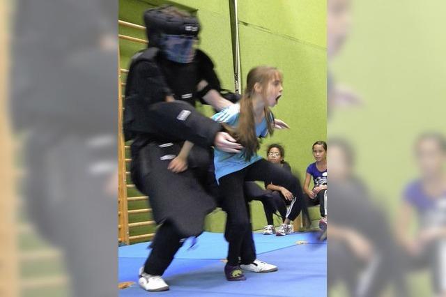 Mutige Mädchen haben gelernt, sich zu wehren