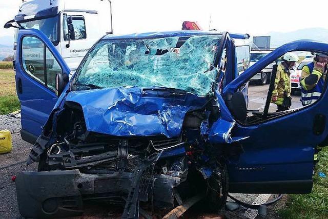 Schwerer Unfall: Autofahrerin kollidiert mit Laster und stirbt