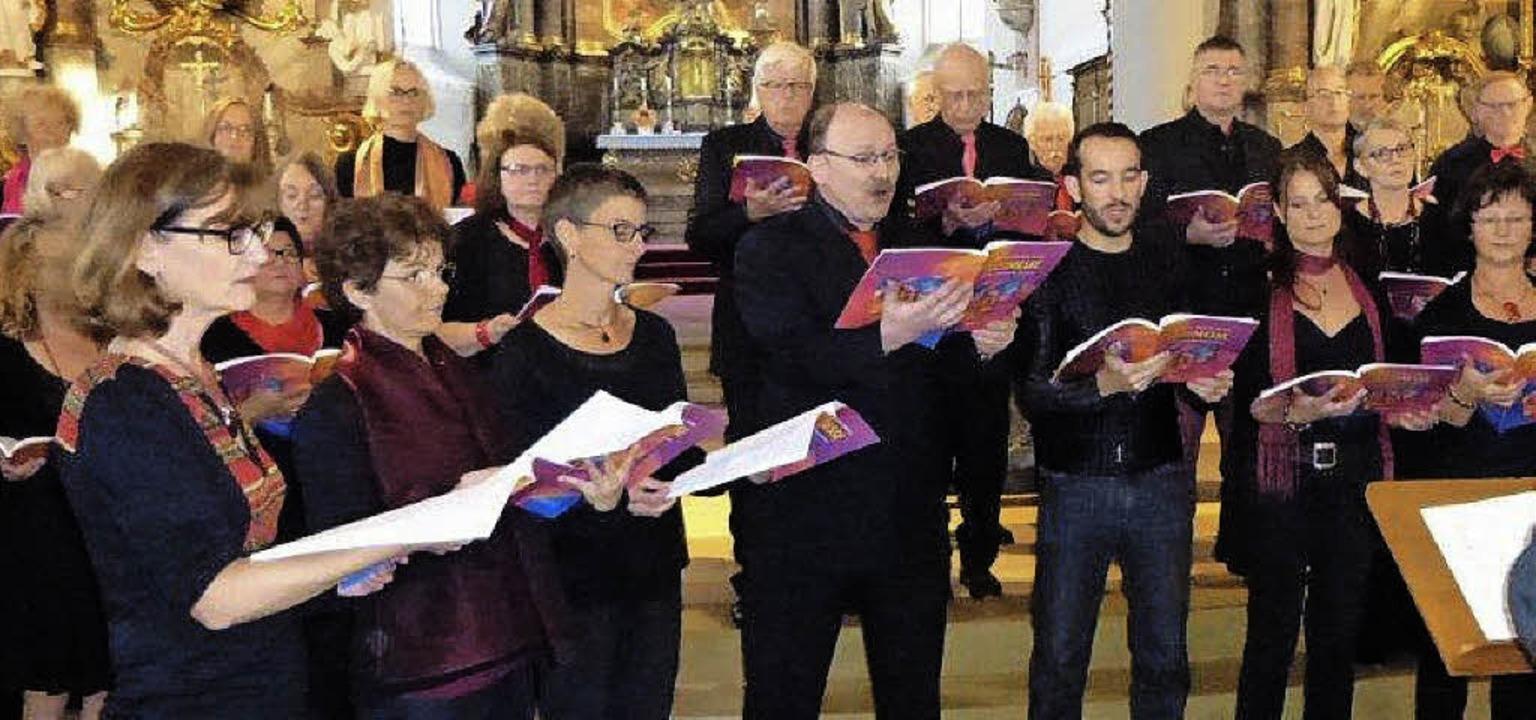 Die Sänger der Chöre Mixed Voices Ehre...eisterten das anspruchsvolle Konzert.   | Foto: Anne Freyer