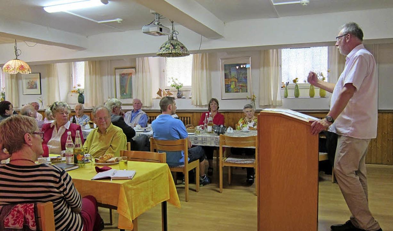 Klaus Laxander (r.) referiert in der AWO-Versammlung.   | Foto: Kunzendorf