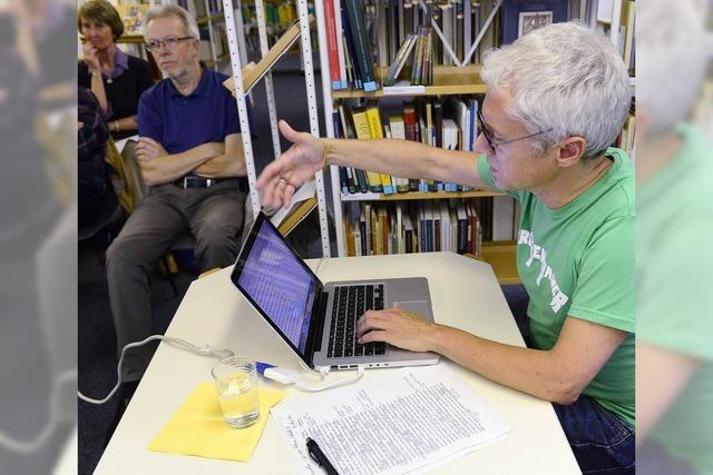 Französisch-Übersetzer Scheffel erklärt in der Stadtbibliothek seine Arbeit