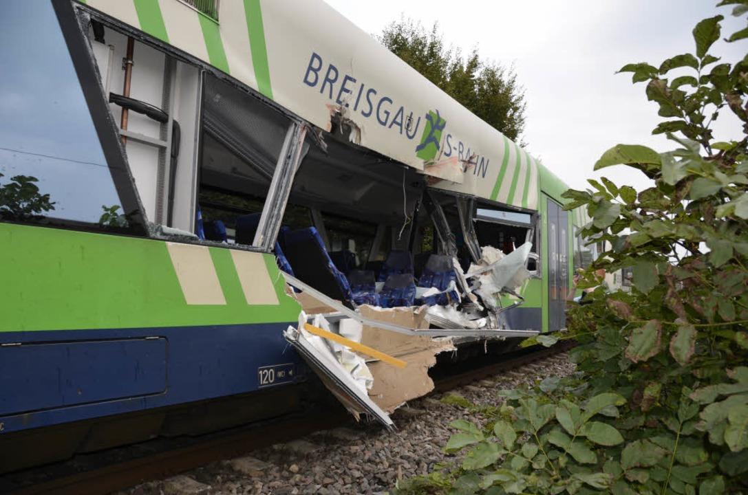 Der Laster hatte die S-Bahn seitlich erwischt    Foto: Felix Held