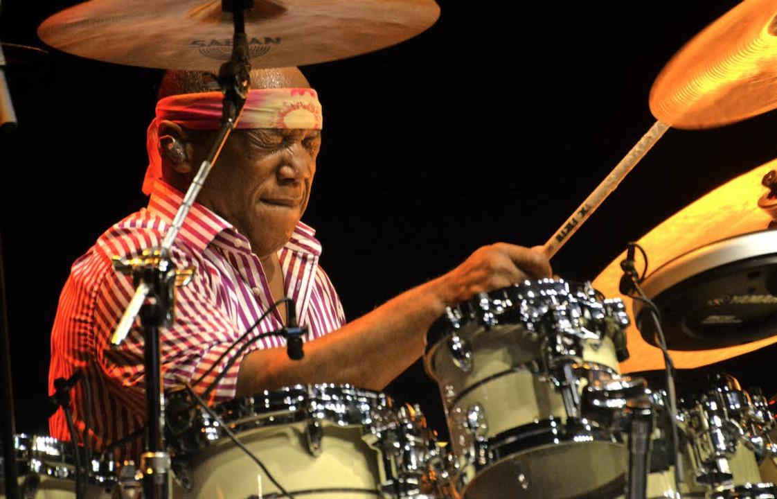 Traumwandlerisch sicher und entspannt:...obham hinter seinem riesigen Drumset.   | Foto: Barbara Ruda