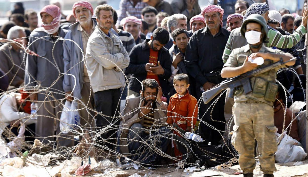 Stacheldraht und Erschöpfung: Syrer, d...nd an der türkischen Grenze gelandet.   | Foto: dpa