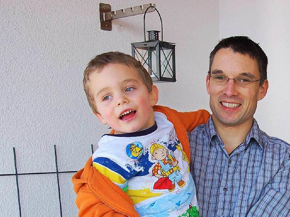 Jonathan mit Papa Dirk im Jahr 2009 ku...g der Familie ins Steinener Pfarrhaus.  | Foto: Robert Bergmann