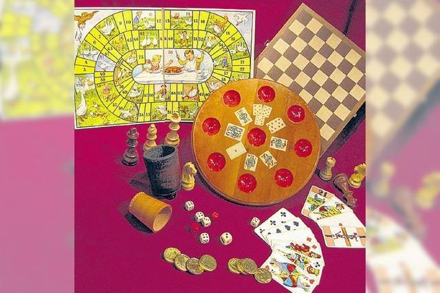 Alte Würfel und historische Kartenspiele