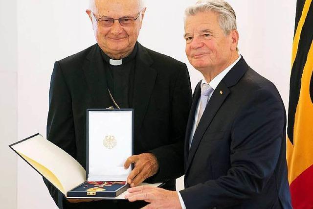Gauck ehrt Zollitsch mit dem Bundesverdienstkreuz