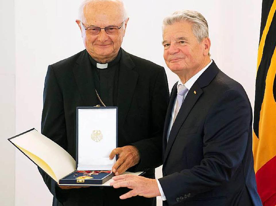 Bundespräsident Joachim Gauck übergibt den Orden an Robert Zollitsch.  | Foto: dpa