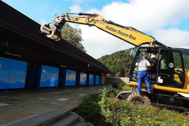 Baggerbiss für Abriss und Neubau des Freibades Kollnau