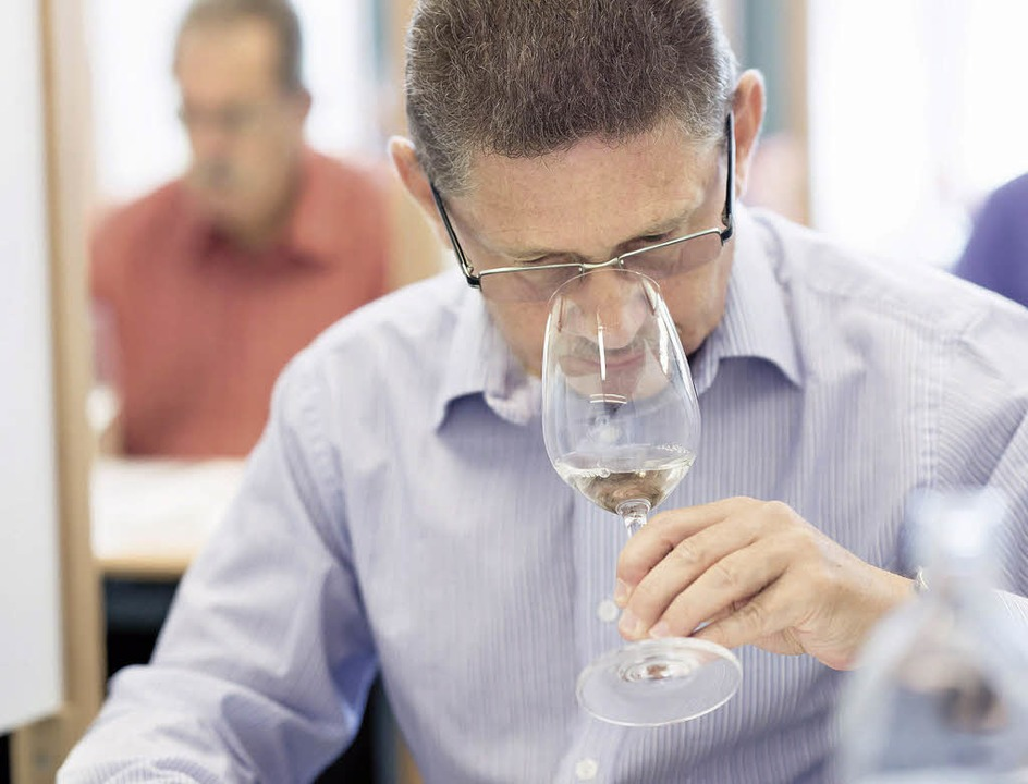Konzentration auf den Wein im Glas: Ei...er bei der AWC Vienna bei der Arbeit.   | Foto: Ulrich Dobiasch