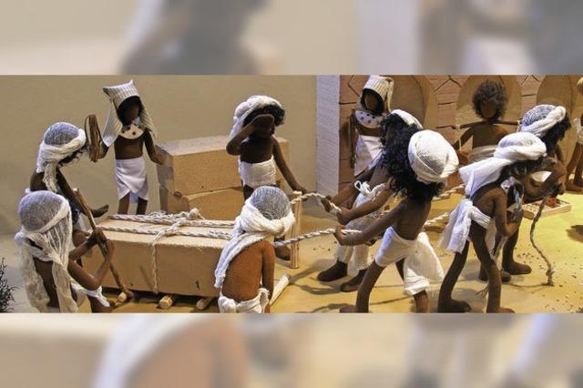 300 Bibelfiguren stellen Exodus nach