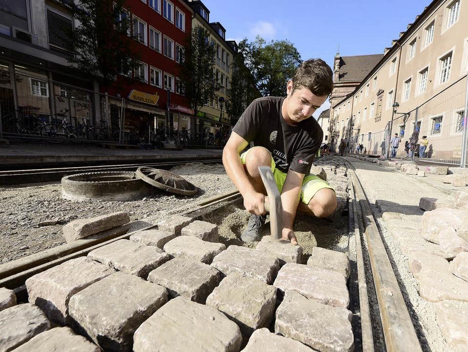 Rund fünf Tonnen Steine verlegt der St...uer Alexander Briegel (23) jeden Tag.   | Foto: Ingo Schneider