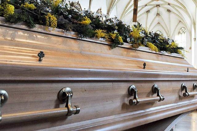 Bestatter bettet zahlreiche Leichen in billigere Särge um