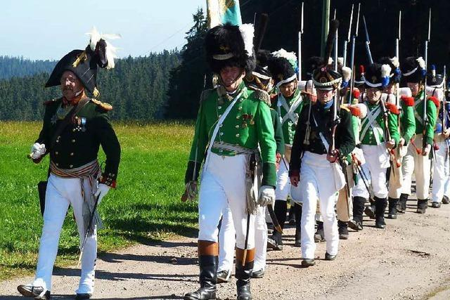 Warum Männer in historischen russischen Soldatenuniformen durch die Region marschieren