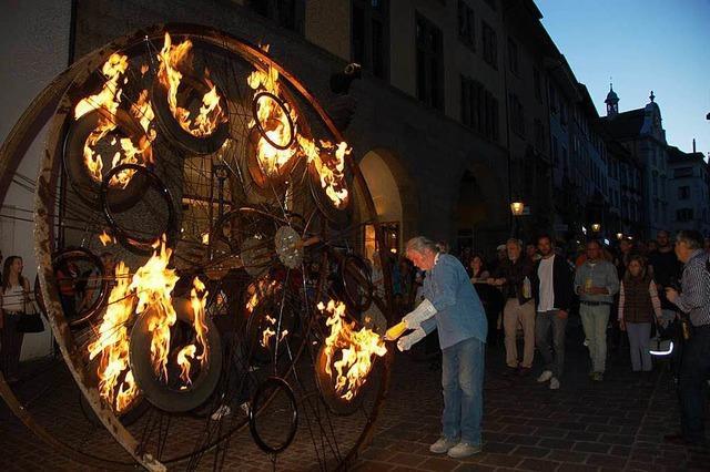 Feuriges Kunstwerk in den Gassen der Altstadt