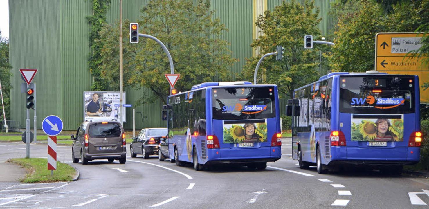 Noch stehen die Busse am Knoten Freibu...haltungen die Busse flotter zu machen.  | Foto: Gerhard Walser