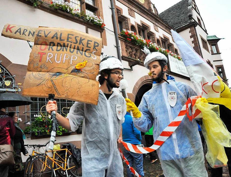 Plakativer Protest von Gegnern vor  der Abstimmung im Rathaus   | Foto: Michael Bamberger