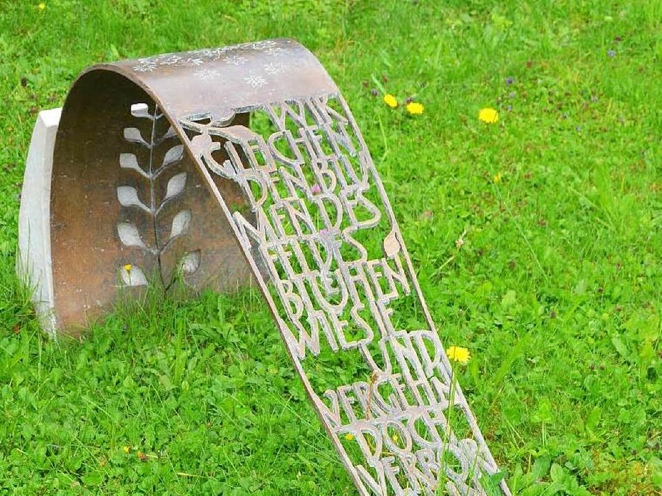 Luftiges  Grabmal: Schriftgitter aus Bronze    Foto: Birgit Herrmann
