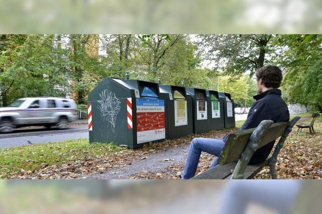 Stadt stellt Glascontainer vor Ruhebänken auf und erntet Kritik