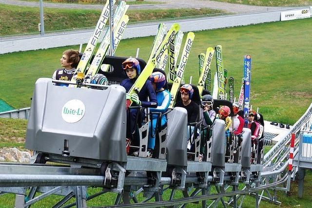 Vier Wagen sollen die Skispringer künftig zur Schanze bringen