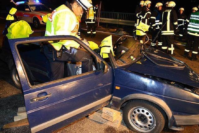 Frau kracht in Gegenverkehr - 4 Menschen teils schwer verletzt