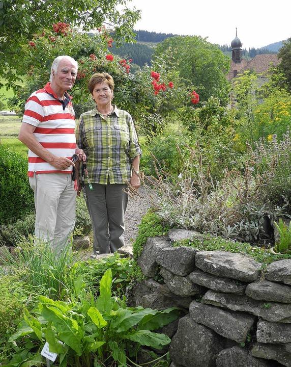 Jürgen Müller und Martha Riesterer vom...berried im Kräutergarten beim Kloster   | Foto: Sophia Hesser