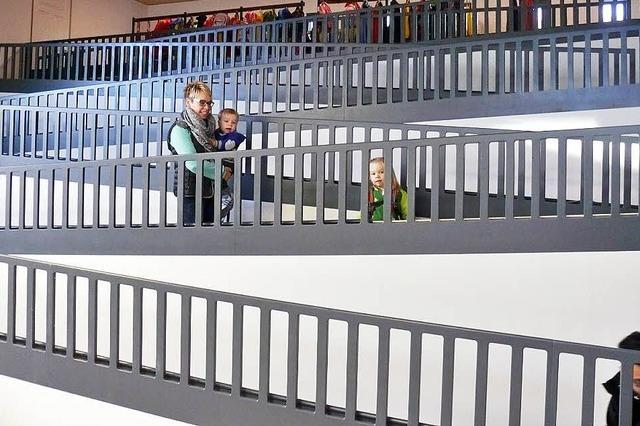 Kinder erobern die neue Kita-Burg